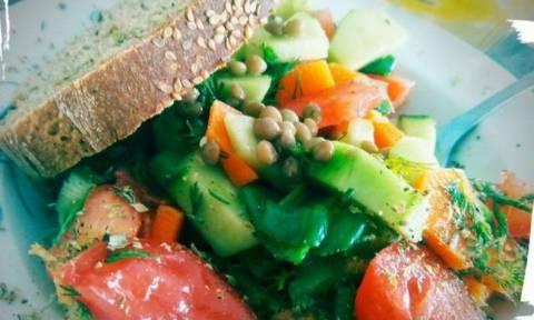 Η Δούκισσα Νομικού προτείνει: Nηστίσιμη συνταγή για ελληνική σαλάτα που θα λατρέψετε