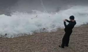 Συγκλονιστικό: Καρέ - καρέ το παγωμένο κύμα στη λίμνη Βαϊκάλη (Video)