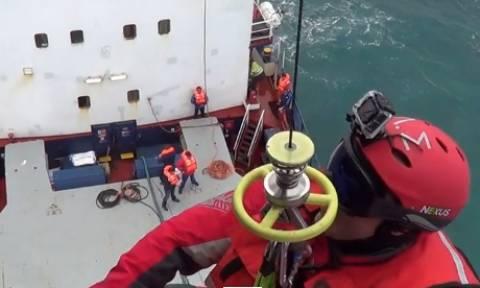 Εντυπωσιακό βίντεο: Ελικόπτερο Super Puma σώζει επτά άτομα στη Μυτιλήνη
