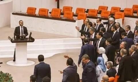 Άναψαν τα αίματα: Άγριο ξύλο στην τουρκική βουλή για τις συγκρούσεις στρατού-Κούρδων (vid)