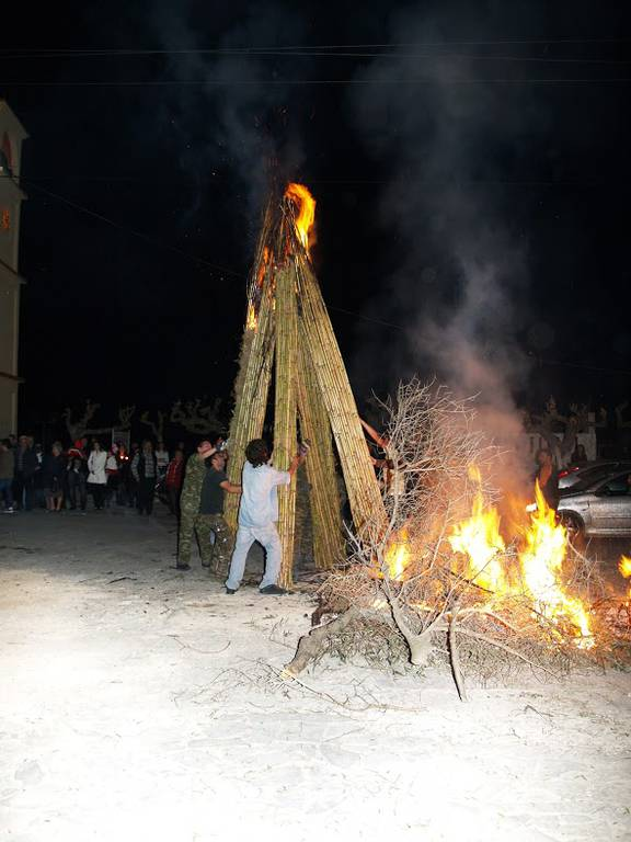 Πάσχα 2016: Με λαμπάδες 6 μέτρων θα γιορτάσουν τη Μ. Παρασκευή στην Αργυρούπολη! (pics)