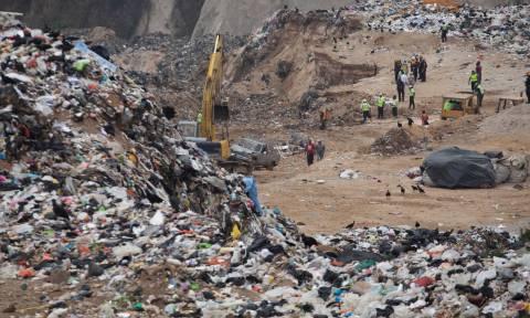 Τραγικός θάνατος: Καταπλακώθηκαν από τόνους σκουπιδιών