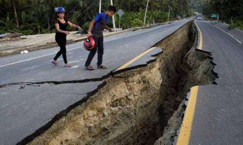 Iσημερινός: Ένας άνδρας 72 ετών διασώθηκε 13 ημέρες μετά το σεισμό (Vid)