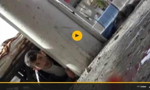 Βίντεο-Nτοκουμέντο: Τούρκοι στρατιώτες ανοίγουν πυρ κατά Κούρδων αμάχων αιματοκυλώντας μια πόλη