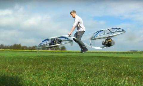 Το μέλλον είναι ήδη εδώ: Βρετανός εφευρέτης ανακαλύπτει το πρώτο ιπτάμενο μοτοσακό (Vid)