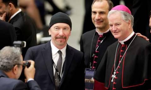 Βατικανό: Ο κιθαρίστας των U2 έγραψε ιστορία σε συναυλία στην Καπέλα Σιξτίνα! (vid)