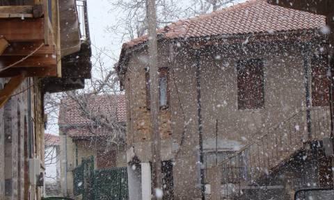 Πάσχα με χιόνια: Στα λευκά πολλές περιοχές της χώρας (vid)
