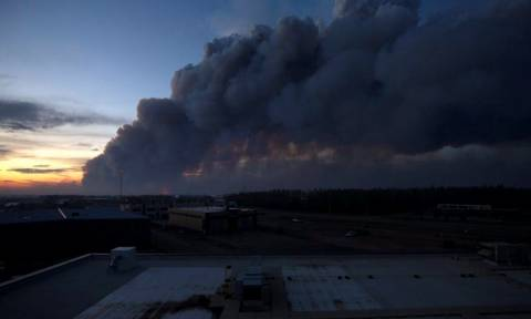 Canada wildfire: Thousands airlifted from Fort McMurray as blaze grows