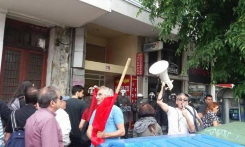 Ασφαλιστικό: «Ψέκασαν» διαδηλωτές έξω από τα γραφεία του ΣΥΡΙΖΑ στη Θεσσαλονίκη (videos)