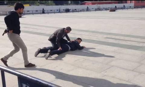 Πυροβόλησαν γνωστό δημοσιογράφο στα δικαστήρια της Κωνσταντινούπολης (Pics & Vids)