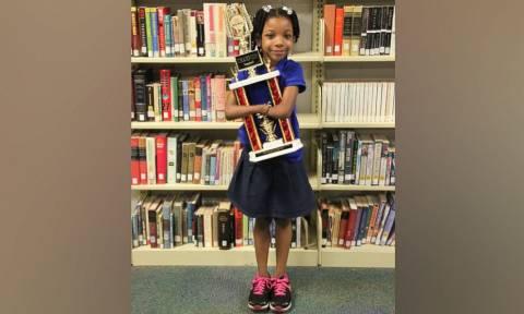 ΗΠΑ: 7χρονη που γεννήθηκε χωρίς χέρια, κέρδισε σε διαγωνισμό καλλιγραφίας (pic+vid)