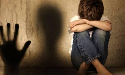 Σοκ στη Νεμέα: Έσβηναν τσιγάρα στο δεμένο με τριχιά κορμί του 3χρονου παιδιού τους