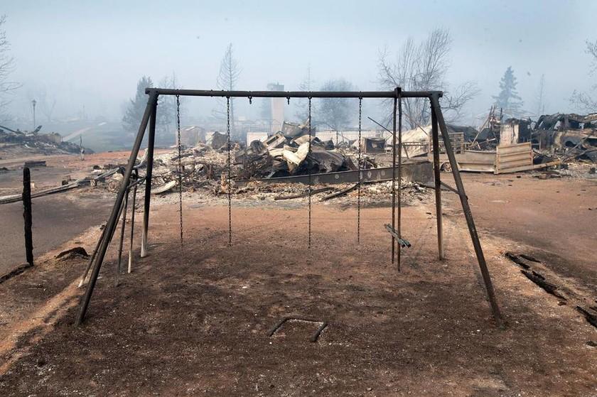 Ο Καναδάς στις φλόγες: Ανεξέλεγκτη πυρκαγιά κατακαίει δάση και πόλεις επί μια εβδομάδα (Pics)