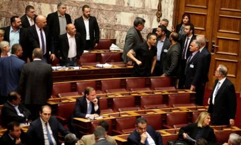 Άγρια κόντρα στη Βουλή – Διεκόπη η συνεδρίαση
