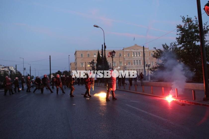 ΕΚΤΑΚΤΟ: Μολότοφ στην Πλατεία Συντάγματος