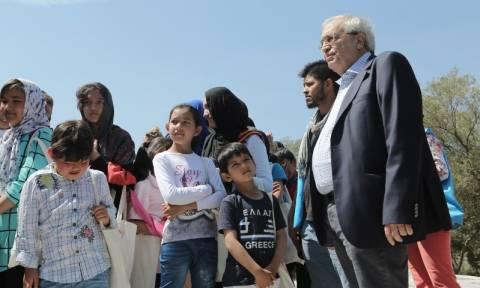 Πρόσφυγες ξενάγησε στην Ακρόπολη ο Αριστείδης Μπαλτάς (photos)