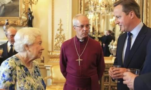 Η γκάφα του Ντέιβιντ Κάμερον σε συνομιλία με τη Βασίλισσα της Αγγλίας (Vid)