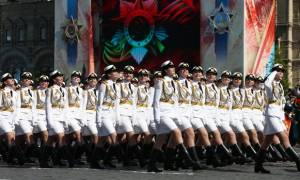 Η πιο σέξι παρέλαση: Τα «κορίτσια του Πούτιν» μάγεψαν στα... λευκά! (videos)