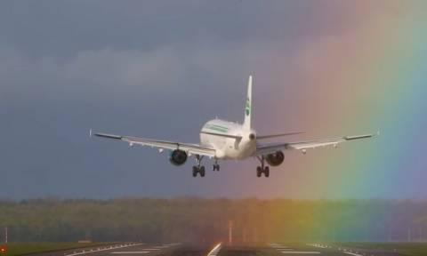Μοναδικές εικόνες: Airbus προσγειώνεται μέσα σε ουράνιο τόξο! (pic+vid)
