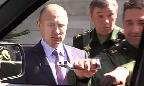 Άφωνος ο Πούτιν σε στρατιωτική επιθεώρηση: Έμεινε με το  χερούλι στο χέρι (Vid)