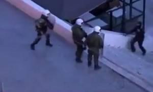 Εκτός ΜΑΤ οι αστυνομικοί στους οποίους αποκαλύφθηκε ο κουκουλοφόρος στο Σύνταγμα (video)