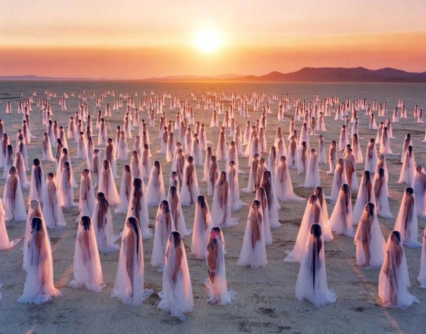 Εκατό γυμνές γυναίκες περιμένουν τον Ντόναλντ Τραμπ στο Συνέδριο του Οχάιο