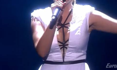 Eurovision όνομα και πράγμα: Και οι 12 πόντοι πάνε στο… στήθος της Σλοβένας! (video)