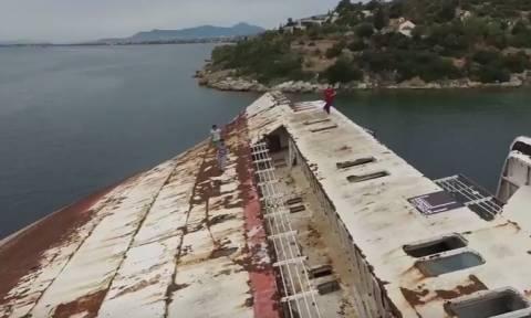 Απίστευτο βίντεο: Παρκούρ πάνω σε ναυαγισμένο πλοίο κάπου στην Ελλάδα