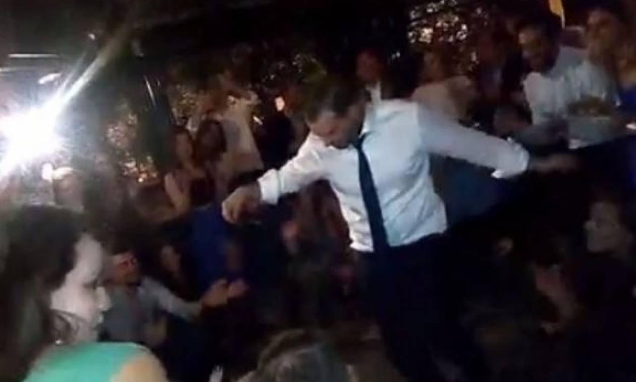 Το ζεϊμπέκικο του Γαβριήλ Σακελλαρίδη στο γαμήλιο πάρτι! (vid)