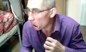 Προσοχή σκληρές εικόνες: Έραψε το στόμα του μπροστά στην κάμερα επειδή ήταν απλήρωτος (video)