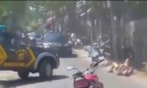Σκληρές εικόνες: Αστυνομικοί στην Ινδονησία εκτελούν με «βροχή» σφαιρών Γάλλο πυγμάχο (video)