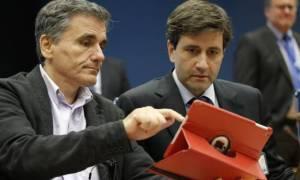 Κομματικό «μασάζ» Τσακαλώτου και Χουλιαράκη στα στελέχη του ΣΥΡΙΖΑ για το πολυνομοσχέδιο