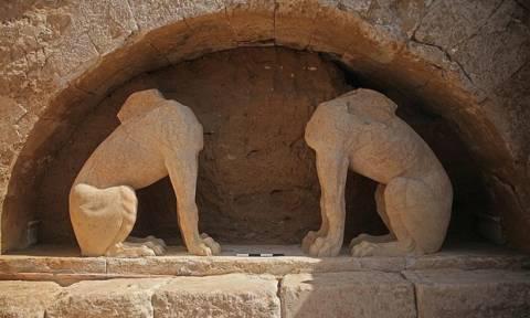 Χαμός στην Αμφίπολη! Έφραξαν την είσοδο του τάφου με γκρέιντερ για να μην μπει ο Αμερικανός πρέσβης