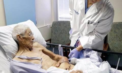Του έραψαν το χέρι στο στομάχι - Δείτε γιατί... (Σκληρές εικόνες)
