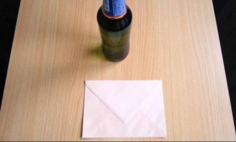 Πώς να ανοίξετε μία μπύρα με ένα... φάκελο! (video)