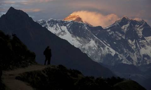 Νεπάλ: Δείτε την πρώτη γυναίκα στον κόσμο που ανέβηκε για έβδομη φορά στο Έβερεστ! (pic)