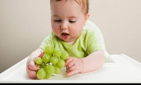 0abd52570af Έτσι πρέπει να κόβετε τα σταφύλια για να αποφύγετε την πνιγμονή του παιδιού  σας!