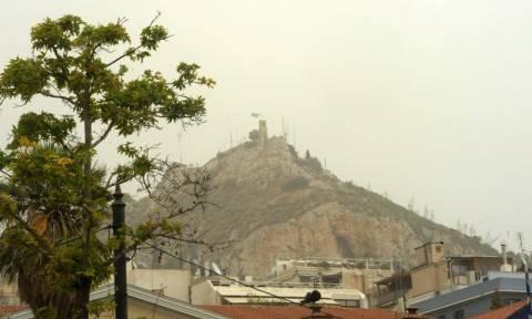 «Χάθηκε» στην αφρικανική σκόνη η Αθήνα - Αποπνικτική η ατμόσφαιρα στο κέντρο