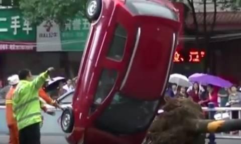 Απίστευτο! Ο δρόμος «κατάπιε» τέσσερα αυτοκίνητα στην Κίνα (vid)
