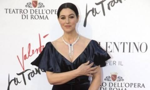 Ρυτίδες και σακούλες κάτω από τα μάτια: Η εμφάνιση της Monica Bellucci που θα συζητηθεί
