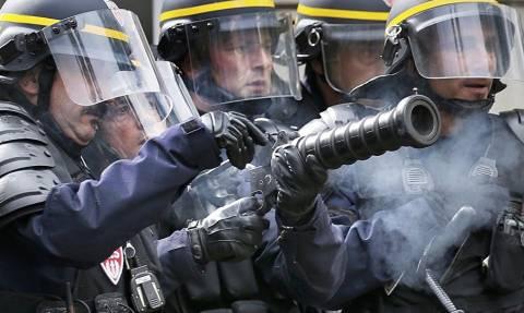 Αστυνομικές επιθέσεις κι επεισόδια σε καταλήψεις διυλιστηρίων που έχουν παραλύσει τη Γαλλία (Pics)