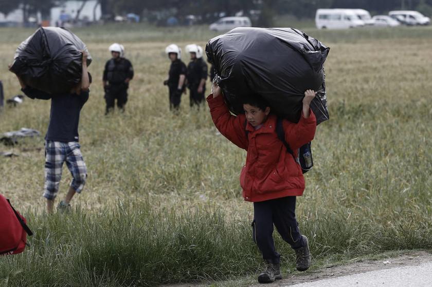 Εκκένωση Ειδομένης: Αυτές είναι οι φωτογραφίες που κάνουν το γύρο του κόσμου και συγκλονίζουν
