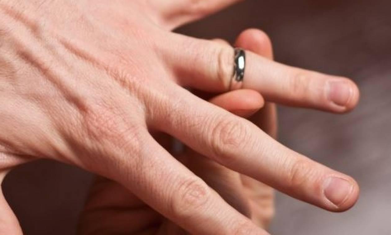 Το τρομερό κόλπο για να βγάλετε ένα δαχτυλίδι που έχει σφηνώσει ... da76fd48992