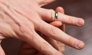 Το τρομερό κόλπο για να βγάλετε ένα δαχτυλίδι που έχει σφηνώσει! (video)
