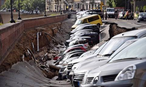 Και ξαφνικά η γη κατάπιε 20 αυτοκίνητα στη Φλωρεντία (Vids & Pics)