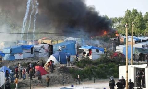 Γαλλία: Συγκρούσεις με τραυματίες στη «Ζούγκλα» του Καλαί (pic+vid)