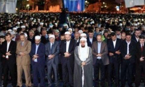 Πρόκληση! Ισλαμιστές έξω από την Αγία Σοφία απαιτούν να γίνει τζαμί (pics)