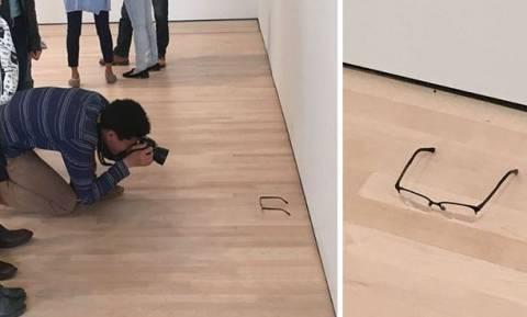 Απίστευτο! Άφησε τα γυαλιά του στο πάτωμα του μουσείου και... τα πέρασαν για έργο τέχνης! (pics)