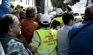 Ένταση στη συγκέντρωση των λιμενεργατών στο κέντρο της Αθήνας