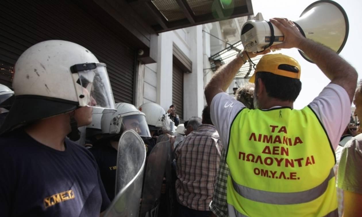 Έξω από το υπουργείο Οικονομικών οι λιμενεργάτες